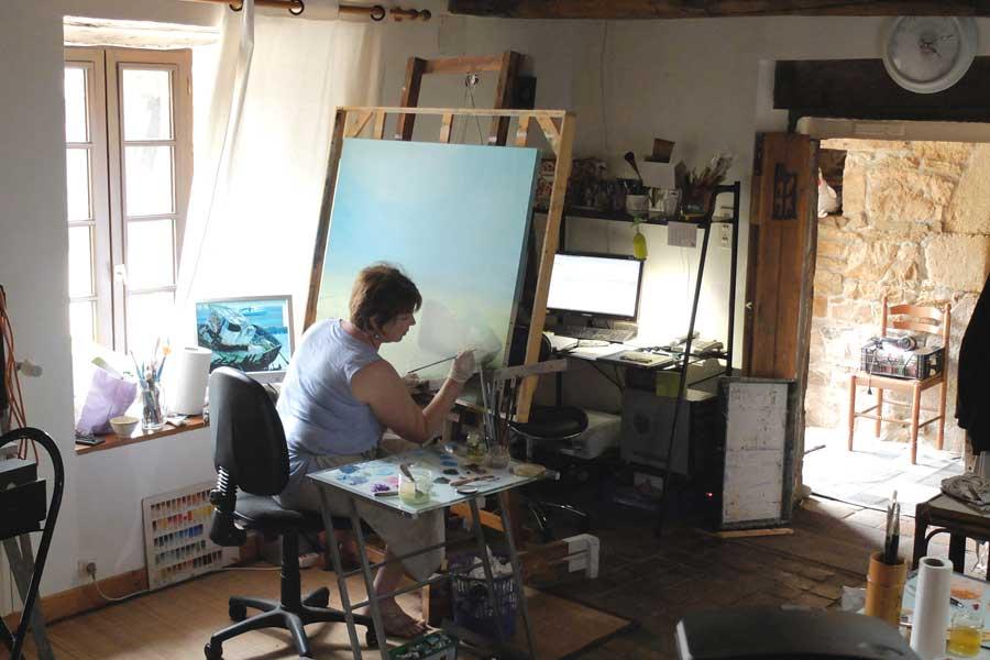 élève en train de peindre dans l'atelier de peinture